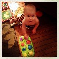 bawiący się brzdąc, maluch, niemowlak